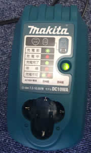 マキタのコードレス掃除機CL100DW充電器