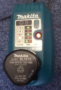 マキタのコードレス掃除機CL100DW充電中